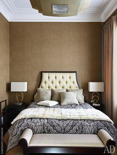 Спальня. На стенах обои из дикого шелка. Потолочный светильник, Corbett Lighting. Лампы на прикроватных столиках, Currey & Co.
