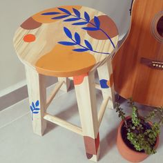 Diy Crafts For Home Decor, Upcycled Home Decor, Funky Painted Furniture, Diy Furniture, Antique Booth Ideas, Painted Stools, Family Crafts, Indian Home Decor, Wooden Art