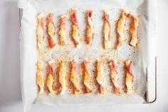 Paluchy z ciasta francuskiego z szynką, serem i czarnuszką sprawdzą się na śniadanie – idealnie smakują z jajkiem na miękko! I jako samodzielna przekąska.