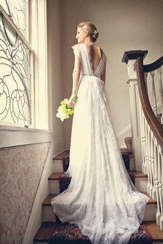 robe de mariée dos nus en forme V en dentelle #mariage #robedemariée #weddingdress brudklänning i spets öppen rygg