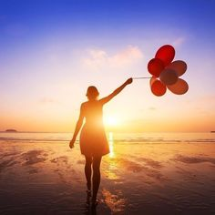 Nosso processo de decisão ao contrário do que gostamos de pensar está muito mais conectado ao nosso lado emocional do que ao racional. O nosso cérebro se utiliza de atalhos para tomar decisões e eles são mais facilmente ativados quando usamos emoções em nossos textos. As emoções que mais exercem influência na persuasão são: - Admiração: pode ser desde uma maravilhosa história até uma super lista com 100 frases inspiradoras. - Ansiedade: as pessoas odeiam perder algo. Logo quando você cria um…