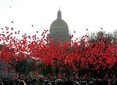 俄罗斯 Russia 圣彼得堡 Saint Petersburg,3000多人参加快闪活动,在冬宫广场上放飞红色的气球。摄影师:Anatoly Maltsev