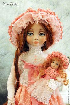 Купить или заказать Агнесс в интернет-магазине на Ярмарке Мастеров. Агнесс, 35 см. Куколка в смешанной технике. Голова и ручки-ливингдолл, тельце каркасное. Куколка стоит самостоятельно, но может и сидеть. Волосы-натуральные трессы. Платье из хлопка и батиста, украшено кружевом и шелковыми лентами. В руках у Агне…