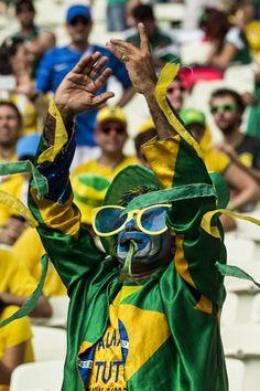 Torcedores aguardam o início da partida entre Brasil e México. Foto: Eduardo Knapp/Folhapress