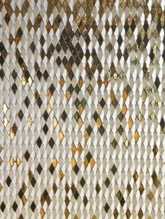 gilesmiller.com/projects/diamond-columns A specially designed diamond with an angled face was arrayed to convey falling golden gradients of colour in the studio's third installation for the Dubai Mall. Composed of ceramic tiles in both matt white & high gloss gold finish, angled in varying directions to show reflect shimmering light in the surface: