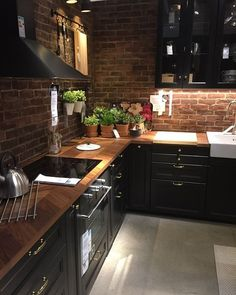 O que vocês acham dessa cozinha em tons mais escuros e rústica? Com iluminação quente e mini hortinha, linda! Projeto não autoral se você é o autor ou sabe quem é por favor entre em contato por direct. #julianarodriguesinteriores