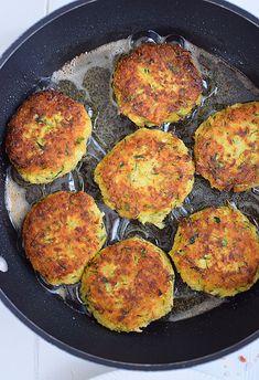 Przepis na kotlety z cukinii z kaszą jaglaną - MniamMniam.com Healthy Food, Healthy Eating, Healthy Recipes, Tzatziki, Iron Pan, Zucchini, Vegetables, Healthy Foods, Eating Healthy