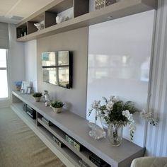 Sala de estar com rack baixo e Televisão