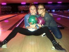 NEWS: Anastacia and Natalia Druyts went to bowling yesterday. Natalia tweeted: « At the bowling alley!!! Gals against boys! Let the game begin! » & « OMG!! Anastacia won the first game!!! ».