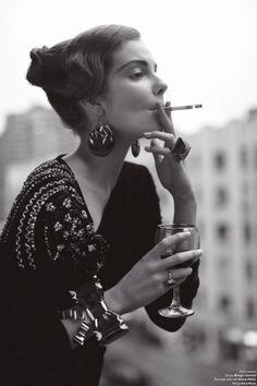 cigarettrökande kvinna