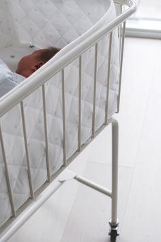 Vauva on kuulkaas kasvanut jo 5 kuukauden ikäiseksi. Palautimme jo kuukausi sitten vaavisängyn , joka oli meillä blogiyhteistyön kaut...