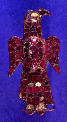 Fibule wisigothe en forme d'aigle, cloisonnée et recouverte de cristaux rouges ou verts et d'autres matières, découverte à Espinosa de Henares (province de Guadalajara, Espagne), datée du VIe s. (Musée archéologique national, Madrid).