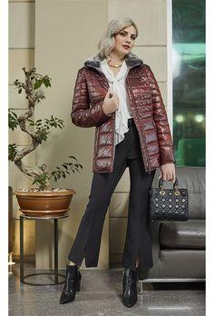 Μπουφάν με γουνινο γιακά.Έχει διακοσμητικά γαζιά, 2 εξωτερικές τσέπες που κλείνουν με φερμουάρ και μία εσωτερική. Η γούνα αφαιρείται απο τον γιακά. Το μήκος του είναι 73εκ., μήκος μανικιού 60εκ. για το Γερμάνικό μέγεθος D/NL 40. Tο γερμάνικό μέγεθος Faux Fur, Blazer, Coat, Jackets, Shopping, Style, Fashion, Down Jackets, Swag