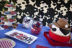 Torta y decoración de vaquero.