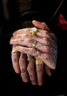 gold rings on tattooed fingers - fall 2013 paris fashion week - photo by carlotta manaigo Ring Tattoos, Body Art Tattoos, Russian Tattoo, Estilo Rock, Cool Necklaces, Wedding Ring Bands, Rings For Men, Mens Fashion, Paris Fashion