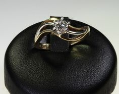 Solitario Damiani in oro giallo con diamante , taglio brillante da 0,21 carati! Montatura in oro giallo e bianco, dal design originale . prezzo da outlet