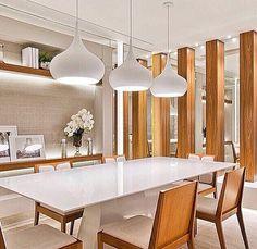 Sala de jantar com detalhes em madeira e espelho
