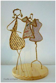 Bientôt Noël ! Notre petite couturière sactive à réaliser une magnifique robe de fête ! Du cousu main ! Mes petites figurines sont des pièces uniques, réalisées en ficelle de kraft armé et papiers originaux que jai récupérés ça et là. Elles sont ensuite délicatement posées sur un