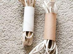 Sladdsamlare. Slipp sladdtrasslet genom att trä toarullar över de hoplindade sladdarna. Vill man göra rullarna starkare och snyggare kan man klä dem med kontaktplast först.