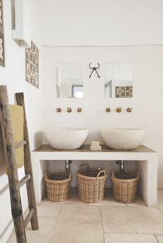 White bathroom - Il colpo di fulmine questo mese lo dedichiamo alla Masseria Scorcialupi, un incantevole casale pugliese con stanze da bagno in stile rustico.