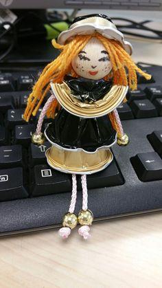 Muñeca con cápsulas de café Cafe Nespresso, Beaded Angels, Illustration Noel, Coffee Pods, Crafts For Girls, Diy Doll, Upcycle, Creations, Dolls