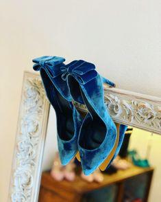 Terciopelo azul y lazo en el talón Velvet Shoes, Blue Velvet, Blue Shoes, Shoe Bag, Heels, Madrid, Women, Instagram, Fashion