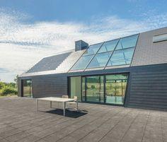 Eternit stelt op Batibouw 2016 de nieuwe Solesia-daklei voor in een hertekend formaat en patroon. Deze fotovoltaïsche leien kan je integreren in Glencoe House, Houses On Slopes, Passive House Design, Modern Barn House, Small House Plans, Future House, Decoration, Architecture Design, New Homes