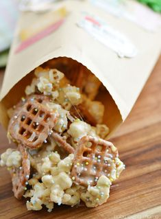 Battle spring fever with this Easy Marshmallow Popcorn recipe and fun DIY Spring Treat Bags to make with your children! #StartRightEndRight #CG
