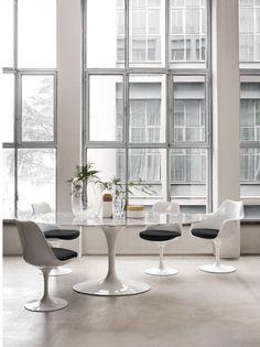 Besoin d'aménager un bureau ? Un espace de co-working ? Une salle à manger ? La chaise pivotante tulipe conviendra pour beaucoup de situations ! Disponible avec ou sans accoudoirs et en différents coloris, la chaise Tulipe avec assise en tissu ne passe pas inaperçue, elle offre un mariage unique de lignes douces et obliques, avec une empreinte futuriste. Mesa Saarinen, Table Saarinen, Saarinen Tisch, Knoll Table, Modern Dining Chairs, Round Dining Table, Dining Sets, Dining Area, Habitat Table