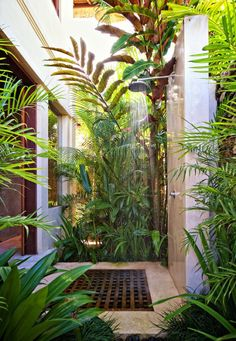 Outdoor showers and I LOVE all these colors..... green and brown and white....its yummy.