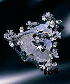 antique lalique jewelry | René lalique, Broche Quatre paons blancs sur une branche de pin, v ...