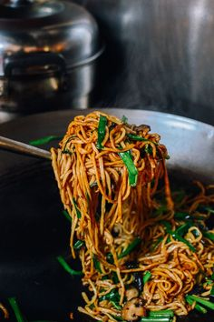 Long Life Noodles - Yi Mein (索面) - The Woks of Life