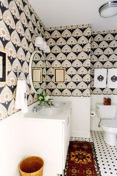 Wallpaper + vintage rug in bathroom