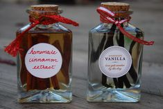 Homemade Vanilla and Cinnamon Extracts: Easy recipe, awesome gift! Homemade Vanilla and Cinnamon is great! Vanilla Extract Recipe, Cinnamon Extract, Cinnamon Oil, Cake Batter Fudge, Diy Food Gifts, Homemade Christmas Gifts, Christmas Crafts, Homemade Vanilla, Mason Jar Wine Glass