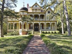Texas Queen Anne Victorian mansion. Goodness gracious!  -  Pinned 8-1-2017.