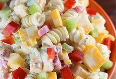Si vous aimez les salades de pâtes froides, vous allez absolument adorer celle-ci qui est bien crémeuse et fromagée