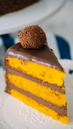 Seis formas diferentes de apresentar e servir o clássico bolo de cenoura - calda de chocolate e brigadeiro acompanham! Gourmet Recipes, Snack Recipes, Dessert Recipes, Cooking Recipes, Yummy Food, Tasty, Food Cakes, Savoury Cake, Chocolate Desserts