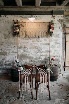 Trauung Dekoration, Hochzeitsdeko freie Trauung, freie Trauund deko, Freie Trauung Boho Deko, makramee Deko #trauung #deko #hochzeitsdeko #traustühle #traubogen #makramee Rustikale Inspirationen für die Boho Hochzeit
