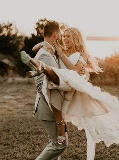 This golden vintage villa wedding is a classic boho dream Junebug Weddings We can& get enough of these sweeties and their dreamy Texas wedding Image by Rebecca Taylor P Wedding Picture Poses, Wedding Photography Poses, Wedding Poses, Wedding Couples, Wedding Dresses, Wedding Engagement, Romantic Couples, Photography Styles, Photography Lessons