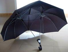 Le parapluie pour deux. Hors de question que votre pique-nique ou rendez-vous prenne fin à cause d'un peu de pluie ! Ce parapluie pour deux vous permettra de prolonger un bon moment en cas d'intempéries, tout en offrant une zone de confort pour chacun. Vous n'aurez plus à vous battre pour une place sous le parapluie, c'est pas génial ? Cette merveille est disponible pour $60 (45,15€)
