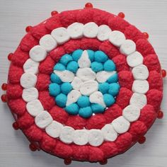 Try with m&ms Captain America Cake, Captain America Birthday, Birthday Candy, Superhero Birthday Party, Anniversaire Captain America, Bonbon Halloween, Sweet Trees, Party Sweets, Candy Pop