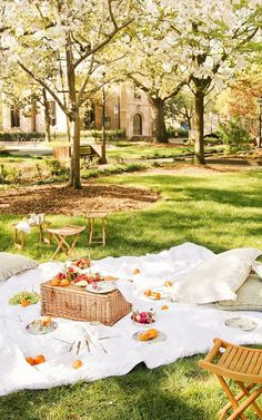 Your Guide to a Perfect Parisian-Inspired Picnic via @mydomaine