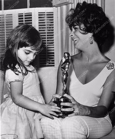 news photo candid Elizabeth Taylor at home w her new Oscar Statue 338-16