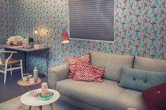 Tapeta z flamingami w pokoju dziennym. #design #urządzanie #urząrzaniewnętrz #urządzaniewnętrza #inspiracja #inspiracje #dekoracja #dekoracje #dom #mieszkanie #pokój #aranżacje #aranżacja #aranżacjewnętrz #aranżacjawnętrz #aranżowanie #aranżowaniewnętrz #ozdoby
