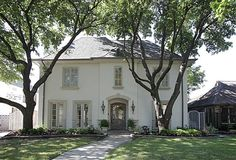 4525 Livingston AVE Highland Park Home For Sale Dallas Real Estate Briggs Freeman Sotheby's International Realty Stucco Homes, Stucco Exterior, House Paint Exterior, Exterior Paint Colors, Exterior House Colors, Modern Exterior, Exterior Design, White Stucco House, Stucco Paint