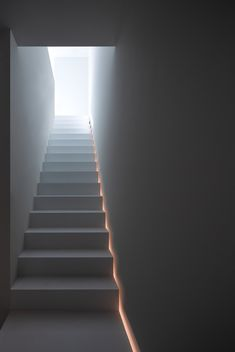 stairs to heaven ;) indirecte verlichting naast trap, it's all in the detail – staircase Detail Architecture, Stairs Architecture, Indirect Lighting, Linear Lighting, Stairs To Heaven, Stairway Lighting, Winding Staircase, Traditional Staircase, Modern Stairs