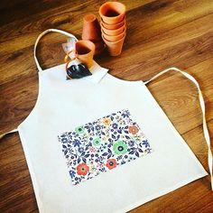 Obaaaaaa!!!! Novidade saída do forno! Que tal distribuir o kit de plantio com um aventalzinho fofo para as crianças se divertirem a valer e continuarem com a roupa limpa depois de brincar com a terra? Ótima ideia não?  #lejardin #lepetitvert #lembrancinha #lembrancinhas #lembrancinhadeaniversario #lembrancinhaecochic #lembrancinhacomsementes  #lembrancinhadecriança #avental #aventalinfantil #kitdeplantio #mudinhas #sementes #muitoamor