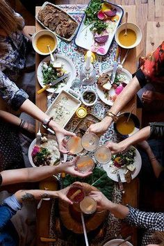Invite friends over for brunch at least once a month. I love entertaining but can be a bit of a workaholic! Brunch is great because it is easy and fun. Fiestas Party, Think Food, Dinner With Friends, Snacks Für Party, Party Drinks, Mets, Food Styling, A Table, Brunch Table