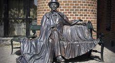 Bronzestatuen er lavet af Henry Luckow-Nielsens og blev opført i 1965.