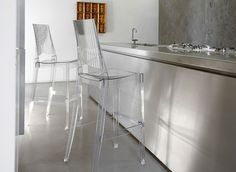 The Pelugo bar stool. A transparent option for the modern living environment. Italian Patio, Interior Exterior, Interior Design, Glenda, Plastic Dining Chairs, Patio Bar Stools, Modern Stools, French Bistro, Italian Furniture